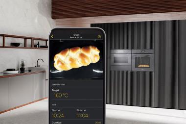 Kontrolujte své pokrmy v pečicí troubě, i když jste vzdáleni: kamera ve stěně ohřevného prostoru vám zobrazí na smartphonu nebo tabletu, jak připravovaný pokrm právě vypadá (MIELE)
