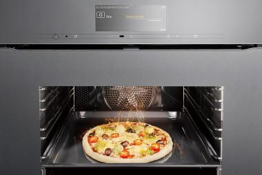 Pomocí speciální aplikace Smart Browning Control pro pečení oblíbeného italského pokrmu kamera na základě zhnědnutí těsta rozpozná, kdy je pizza hotová (MIELE)