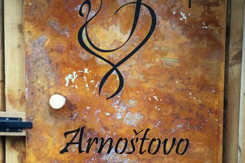 Cortenový kurník s dekorativním motivem a jménem naznačuje, kdo je pánem zdejšího dvorka