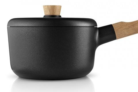 Nádobí z kolekce Nordic Kitchen (Eva Solo), Tools Design, dubové dřevo/hliník/nepřilnavý povrch, cena od 2 619 Kč, www.elarte.cz