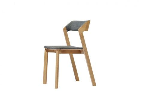 Židle Merano (Ton), design Alex Gufler, konstrukce z masivního dřeva, čalouněná i nečalouněná verze, cena od 8 570 Kč, www.ton.eu