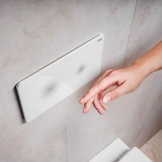 Mezi úsporné vychytávky patří bezdotyková ovládací deska Visign for Style 23. Před ní pak stačí ležérně mávnout rukou a spláchnutí je vykonáno (VIEGA)