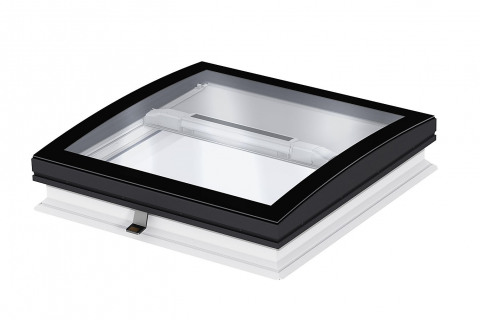 Bezrámové zasklení - výrobce: VELUX, www.velux.cz. Bezrámové zaoblené zasklení světlíku je osazeno venkovním tvrzeným sklem o tloušťce 6 mm, které je odolné vůči poškrábání. Design CurveTech zaručuje čistý výhled na oblohu