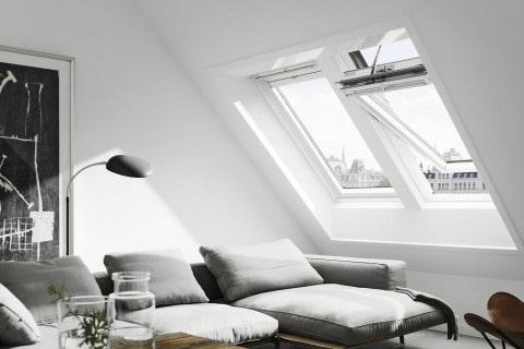 S fotovoltaikou - výrobce: VELUX, www.velux.cz. Střešní, dálkově ovládané okno VELUX INTEGRA napájené pomocí vlastního fotovoltaického panelu a nabíjecích baterií, proto není třeba k oknu přivádět elektřinu