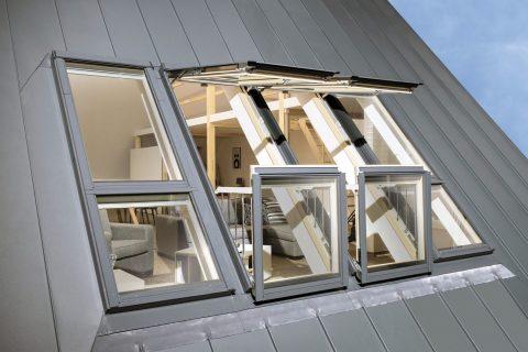 Balkonové okno - výrobce: FAKRO, www.fakro.cz. Velké střešní okno Galeria vytvoří po otevření křídel balkon. Horní křídlo se otevírá výklopně vzhůru, dolní otevřením vpřed umožní ničím nerušený přístup do vnitřku balkonu