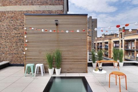 Do ploché střechy - výrobce: FAKRO, www.fakro.cz. Okno do plochých střech DXW umožňuje díky zvýšené nosnosti a protiskluzové úpravě chůzi po jeho povrchu, a tím pádem bezproblémový pohyb po terasách nebo střechách