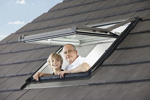 Výsuvně-kyvné - výrobce: ROTO, www.roto-frank.cz. Osa otáčení výsuvně-kyvného střešního okna Designo R7 je umístěna v horní třetině okna. Díky tomu okenní křídlo nezasahuje rušivě dovnitř, nebrání ve výhledu a neomezuje prostor