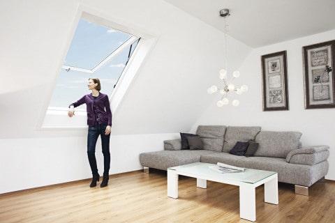 Dobře zateplené - výrobce: ROTO, www.roto-frank.cz. Nízkoenergetické výklopné/kyvné střešní okno Designo R8 lze kompletně otevřít směrem ven. Všechna střešní okna R8 jsou již z výroby osazena zateplovacím blokem WD, který v místnosti udržuje příjemné klima a šetří náklady na vytápění
