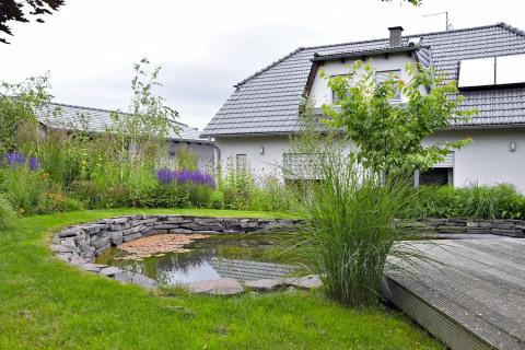 Soukromé části zahrady dominuje přírodní jezírko, které doposud sloužilo především jako rezervoár na vodu pro zálivku zahrady. V letošním roce ovšem tuto zahradní část čeká velká rekonstrukce, při které jezírko získá formální tvar a bude na něj navazovat nová terasa. Úpravy neminou ani okolní výsadby trvalek, ty by se měly mnohem více přiblížit vodní ploše