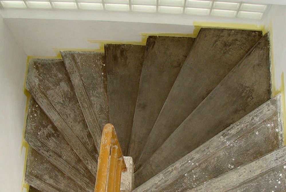 Rekonstrukce vily Tonička – 8. díl: Renovace schodiště, betonování podlah a první vápenné bílení